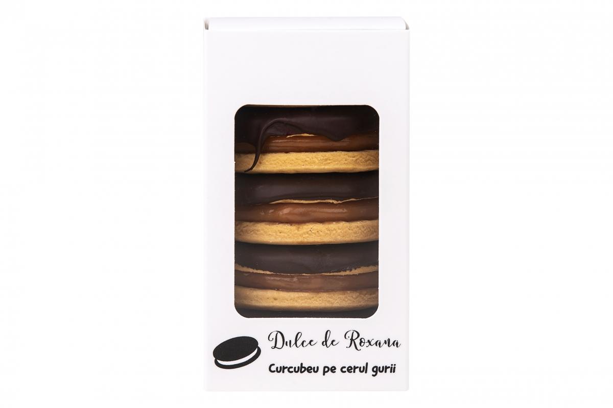 Biscuiti umpluti cu crema caramel si glazurati cu ciocolata neagra